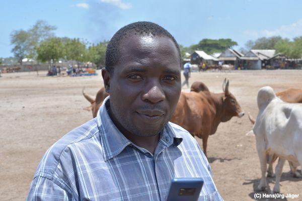 Antoni Nteme, der neugierige und aufgeweckte Händler. Wenn er keine Frage stellte, lag das vor allem daran, dass er mit einem Abnehmer oder einem Verkäufer telefonierte...