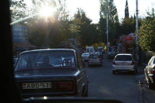 Im abendlichen Stossverkehr Richtung Innenstadt von Tbilisi.
