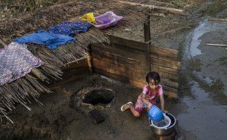 Die Bauern Myanmars leiden schon heute unter dem Klimawandel. Ein Mädchen in der Provinz Karen schöpft Wasser aus einem Reservoir, das von einem Fluss gespiesen wird, der langsam austrocknet. (©WWF-Myanmar / Min Zayar)