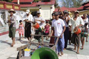 Das Spendenfest Kathein vor einer Pagode im Irrawaddy-Delta (Bild: Samuel Schlaefli)