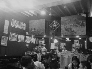 Die Bierkneipe «Anya Ahta», ist eines der vielen Projekte des Künstlers und Netzwerkers Aung See Min. (Bild: Samuel Schlaefli)