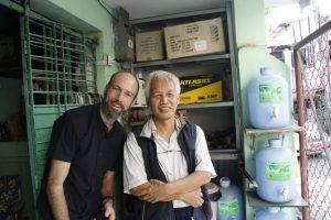 Der Autor zusammen mit «Dschungel Lawyer» U Han Shin Win. (Bild: Samuel Schlaefli)