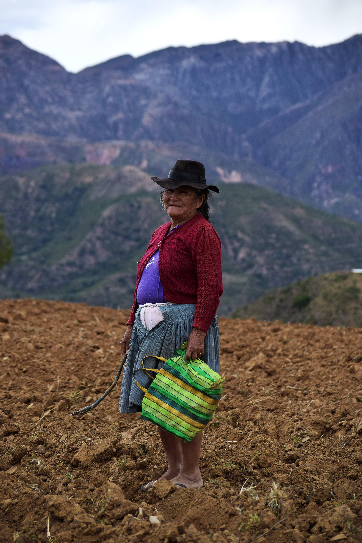 Eine ältere Frau mit einer Einkaufstasche